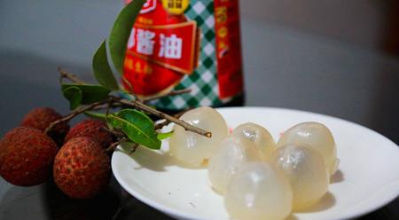 Người Phúc Kiến Trung Quốc ăn vải thiều chấm xì dầu